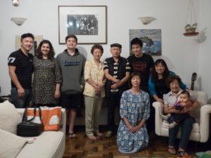大原の家族と影山さん(前列しゃがんでいる女性)(撮影:Saulo Haruo Ohara)