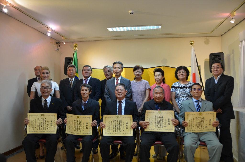 後藤修二総領事夫妻(後列中央)と5人の受賞者(前列)