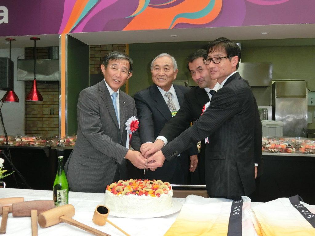 (左から)ケーキカットで慶事を祝した仁坂知事、谷口会長、野口総領事、尾崎議長