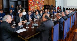 各州知事に支持を呼びかけるテメル大統領(左)(Marcos Corrêa/PR)