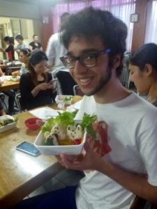 自作のかわいい弁当を見せる参加者