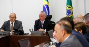 下院の与党各党リーダーたちと会合するテメル大統領(中央)(Alan Santos/PR)