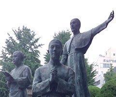 鹿児島市のザビエル公園のベルナルド像 (右は聖ザビエル、左はヤジロウ、カトリック鹿児島司教区サイトより)