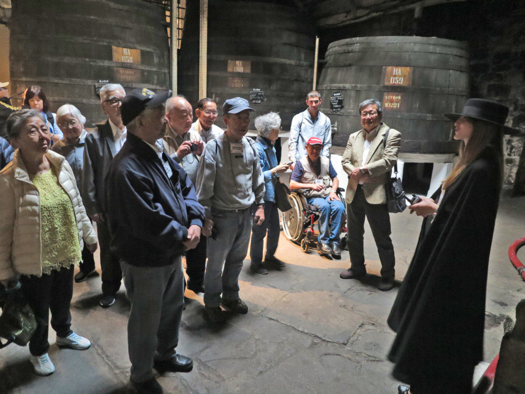 ポートワインSandemansの博物館で説明を受ける一行