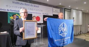認可書と行動旗を受け取った須郷会長、マノエル・アウグスト・セメド専任幹事長