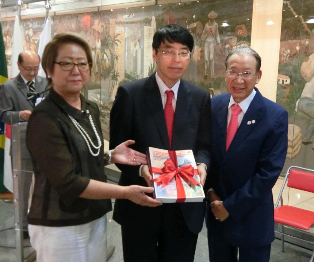 (左から)呉屋文協会長、山田大使、原田弁護士