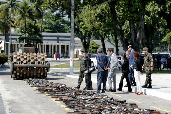 犯罪組織から押収した武器をローラー車で破壊するブラジル陸軍(Tânia Rêgo/Agência Brasil)