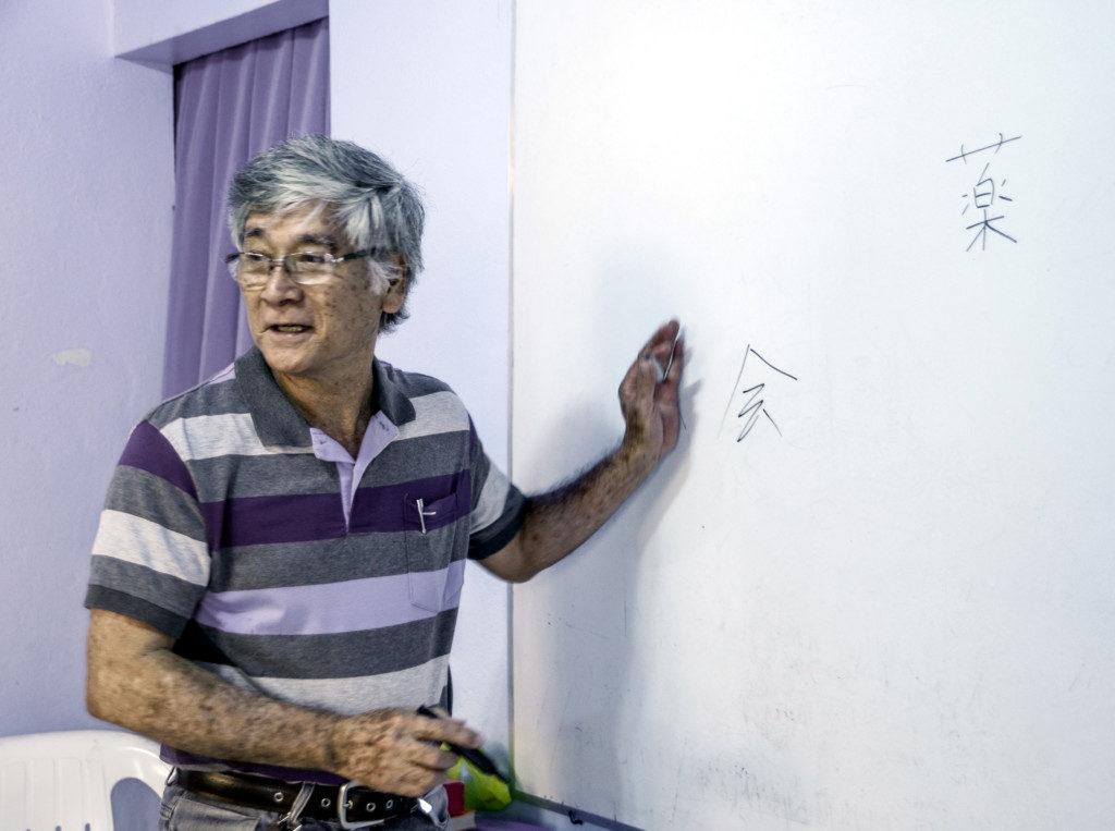 日本語の授業で漢字の意味を教える錦戸さん