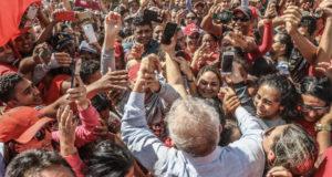 票田の北東伯で熱烈な支援者に迎えられる、選挙プレキャンペーン中のルーラ元大統領(Ricardo Stuckert)