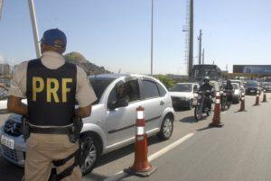 交通量の増えるこの時期、事故を防ぐための監視を行う職員たち(参考画像・Arquivo/Agência Brasil)