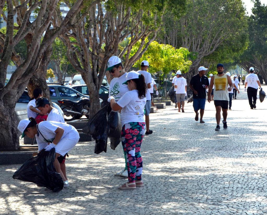 ポンタ・ネグラの道沿いでゴミを拾う参加者