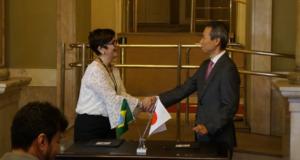 後藤総領事とノーヴォ文化局長の間で署名が行われた(提供写真)