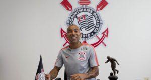笑顔で契約書にサインするエメルソン(Daniel Augusto Jr./Ag. Corinthians)