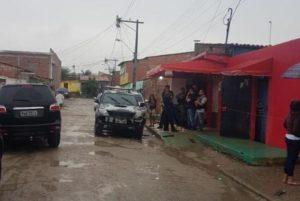 事件現場カジャゼイラス地区で捜査に当たる警察の車両(Divulgação/Sinpol/CE)