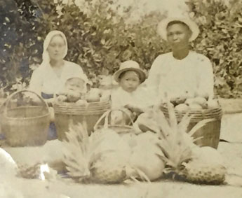 フィリピン時代の家族写真。左がお母さん(半沢家所蔵)