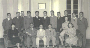 日本大学南米研究会幹事の木村半さん(前列中央)を歓迎する、ブラジル側の学生連盟の皆さん。錚々たるメンバーが参加した