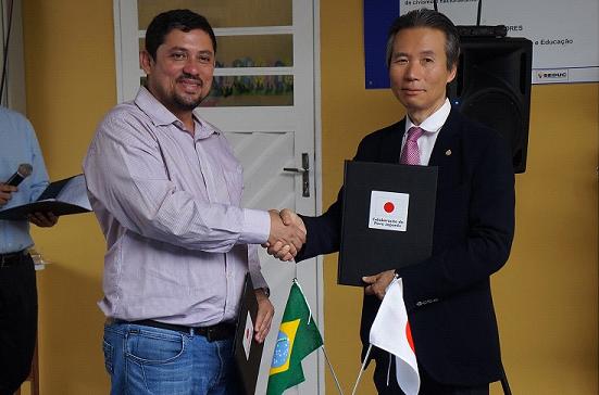 (左から)ジェジニ同校自治会長と後藤総領事(提供写真)
