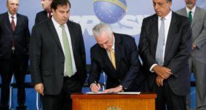 マイア議長(左)、ペゾン州知事(右)立会いの元、IF大統領令に署名するテメル大統領(中央)(Beto Barata/Presidência da República)