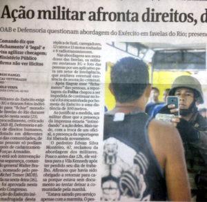 身分証と顔が写るようにファヴェーラの住民の写真を撮る兵士(24日付フォーリャ紙より)