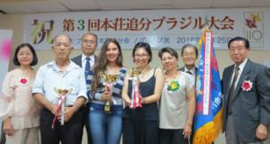 エスピンドラ・イングリッジさん(中央左)と入賞者と審査員ら