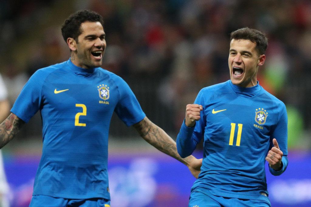 PKを決めて喜ぶコウチーニョ(右)と、祝福するダニエル・アウヴェス(Lucas Figueiredo/CBF)