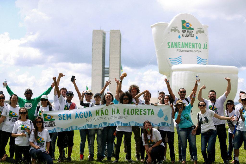 議会前に置かれた便座の風船人形と共に(Marcelo Camargo/Agência Brasil)