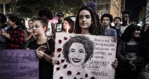 マリエーレ市議の追悼集会に集う人々(Gibran Mendes)
