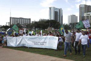 水資源の民営化に反対するスローガンを抱えて行われた、「世界水の日」を記念したデモ行進(Antonio Cruz/Agência Brasil)