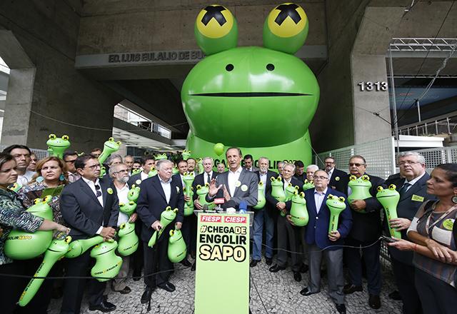 サンパウロの目抜き通り、パウリスタ大通りに面したサンパウロ州工業連盟ビルの前に出現した、巨大なカエル(Fiesp)