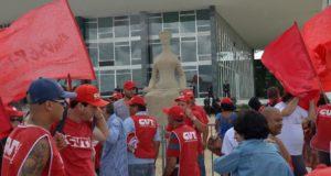 首都ブラジリアで抗議活動を行う労組(参考画像・Wilson Dias/Agência Brasil)