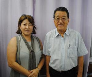 (左から)来社した本多さんと長井委員長