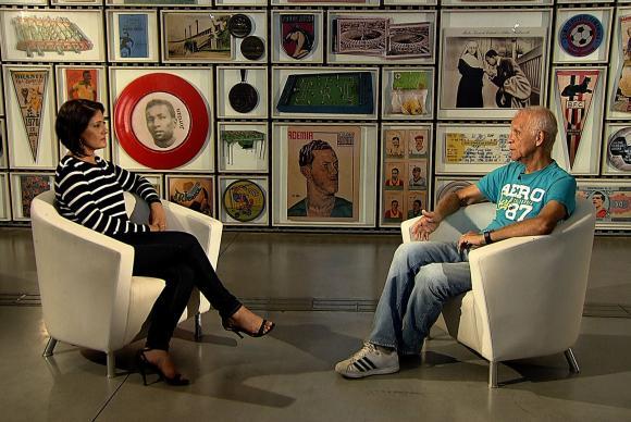 TVのインタビュー番組で、ロシアW杯に向けたブラジル代表への期待を語る、元ブラジル代表のアデミール・ダ・ギア(右)(Divulgação/TV Brasil)
