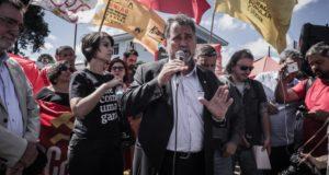 9日、ルーラ氏の釈放を求めてクリチバ市で抗議活動をする左翼政党や労組の人々(Gibran Mendes)