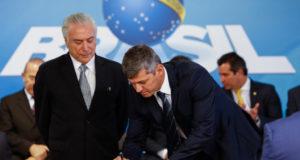 運輸相就任式典で証書に署名する、ヴァウテル・シルヴェイラ氏(右)(Alan Santos/PR)