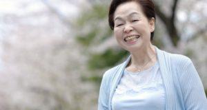 笑顔の高齢女性(フリー写真素材【写真AC】)