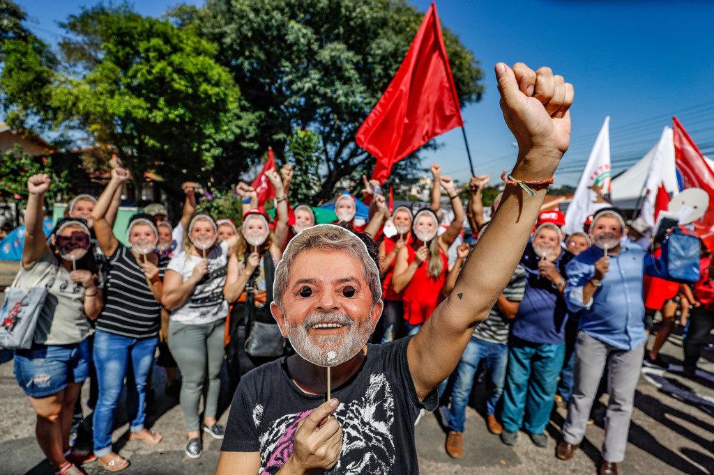 ルーラが収監されているクリチーバ連邦警察近くで支援キャンプをする熱烈な支持者たち(Fotos: Ricardo Stuckert)