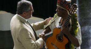 国歌を演奏したミゲル氏に挨拶するSジャルジン法相(Marcelo Camargo/Agência Brasil)