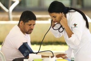 血圧測定を行う市民(Marcelo Camargo/Arquivo Agência Brasil)