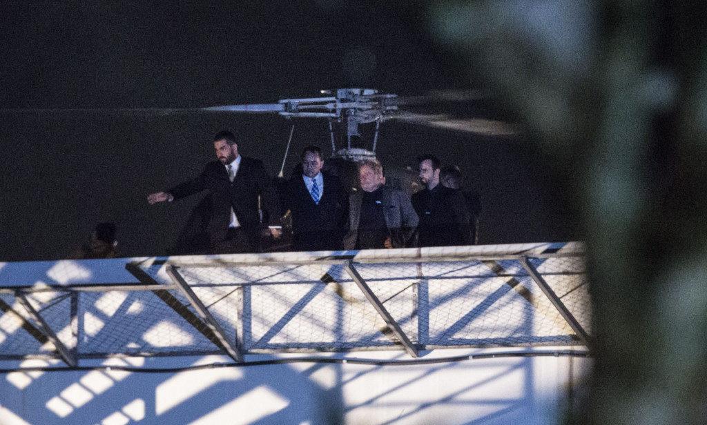 7日、連邦警察に連行されるルーラ氏(右から2人目)Marcello Casal Jr./Agencia Brasil)