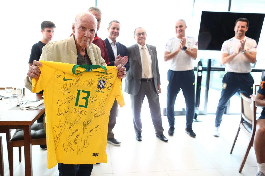 選手のサイン入りユニフォームを送られたザガロ(Lucas Figueiredo/CBF)
