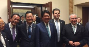 2016年10月、東京で日伯首脳会談に臨んだ両政府関係者(左から3人目が西森下議、本人提供)