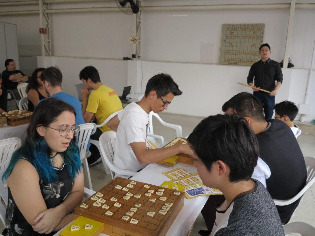 将棋教室では大盤や手製の駒の動かし方表を用意した