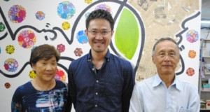 左から鳥取県人会の末永勇美子(ゆみこ)さん、井上さん、県人会の末永正(ただし)副会長