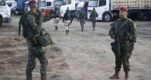 幹線道路の通行を妨げるトラックの検分を行う国道警察(Tomaz Silva/Agência Brasil)
