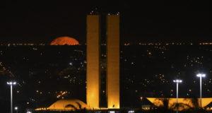 キャンペーン開始にあわせて、黄色いイルミネーションを採用した連邦議会(Andre Borges/Agência Brasília)