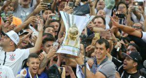 2017年、ブラジル全国選手権優勝トロフィーを掲げるカリーリ(Rodrigo Coca/Ag. Corinthians)