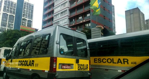 パウリスタ大通りを埋めるスクールバス(Allan White/FotosPublicas)