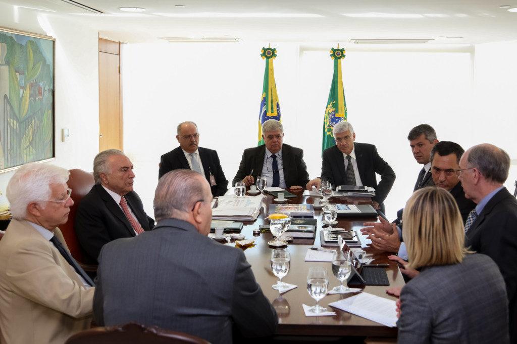 諸閣僚、国税庁長官、パレンテPB総裁らと対策を協議する手メル大統領(左から2番目・Marcos Corrêa/PR)
