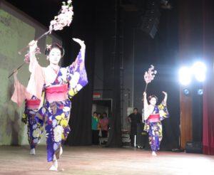 若手の日本舞踊集団「優美」の踊り