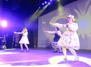 大講堂で披露された「ロリータス―スイートミミ」(松田明美さんとカワイイ・ファッションの仲間)の歌と踊り